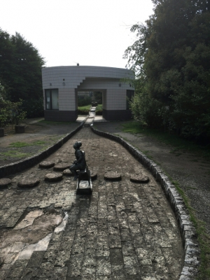 水の枯れた「水と雲の公園」水路